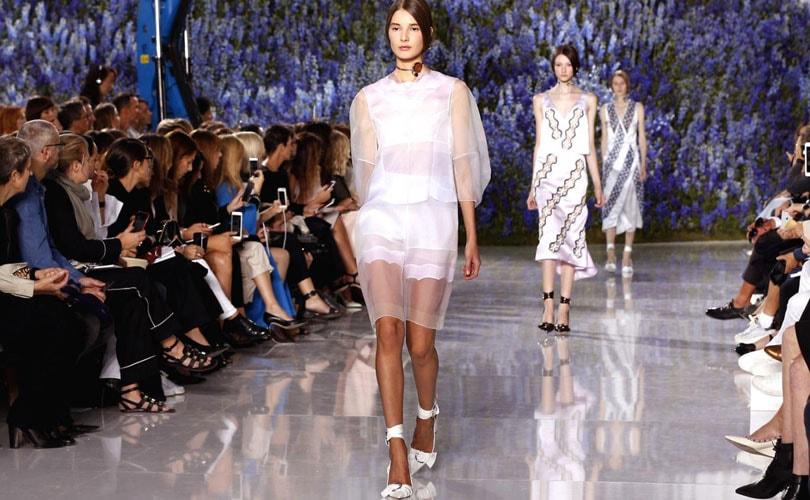 Mode à Paris: la montagne de fleurs de Dior, l'adieu en blanc d'Alexander