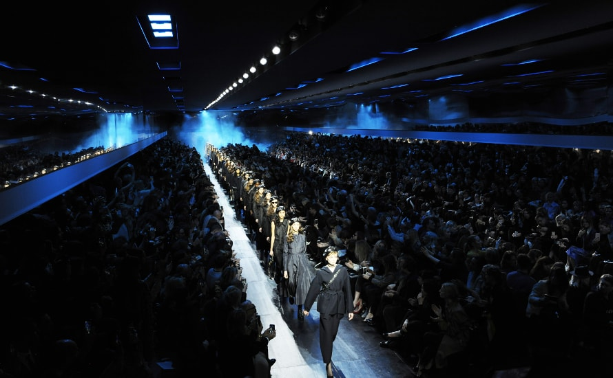 Dior in blue jeans raises the black beret of revolt